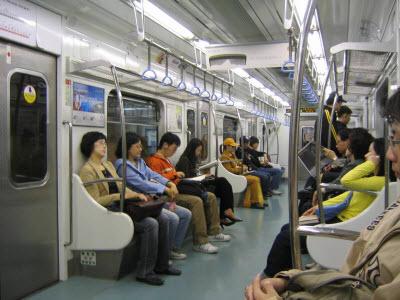 Không nên gây ồn khi sử dụng phương tiện công cộng. Bạn sẽ làm người bên cạnh khó chịu