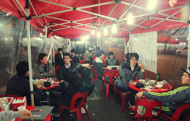 Quán ăn vỉa hè ở Hàn Quốc cũng có nhiều, nhưng đều như thế này hết