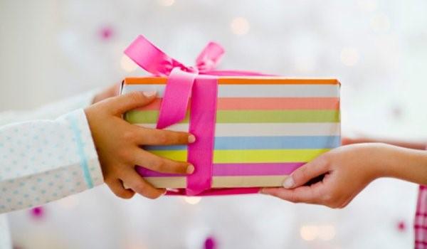 Trao và nhận quà hãy dùng cả hai tay nhé