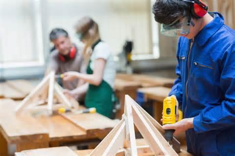 Sinh viên đang học nghề mộc nội thất tại Hàn Quốc