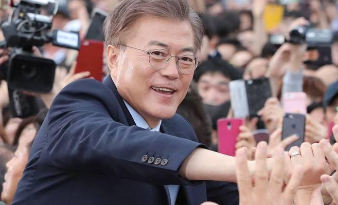 Ông Moon Jae In bắt tay các cử tri trong khi vận động tranh cử ở địa phương.