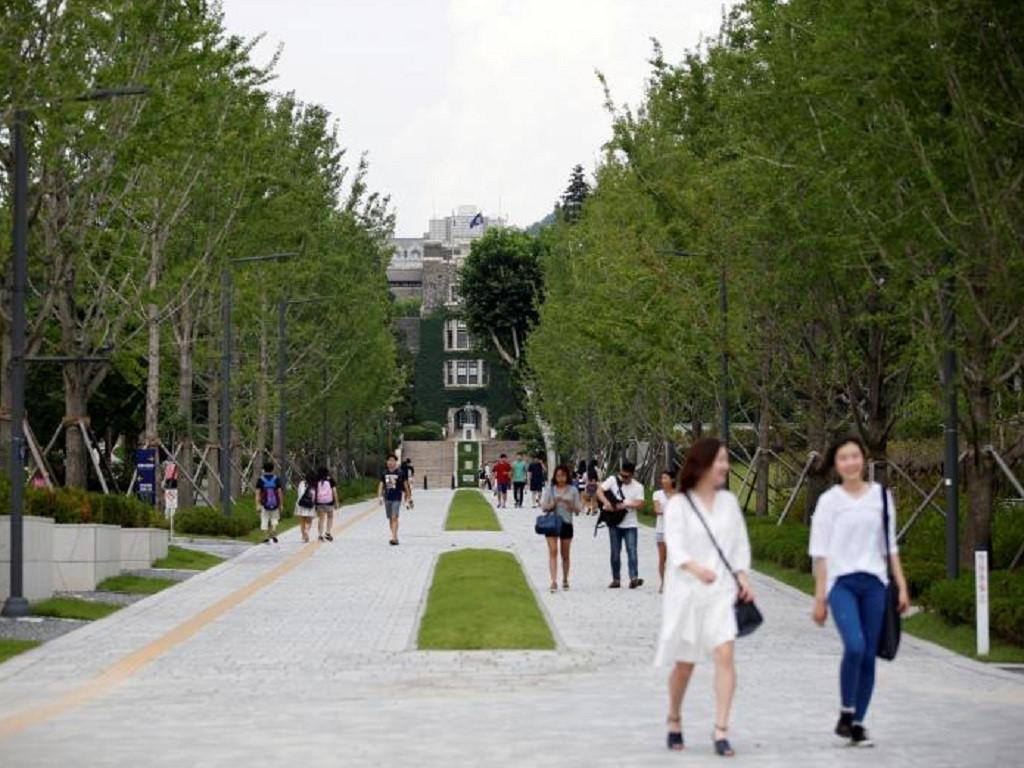 Các sinh viên trong khuôn viên Đại học Yonsei ở thủ đô Seoul, Hàn Quốc