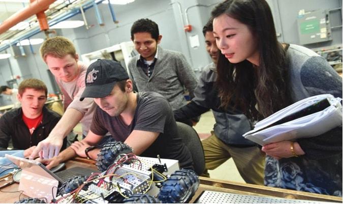 Du học sinh quốc tế đang kiểm tra sản phẩm điện tử tại Viện khoa học và công nghệ Kaist