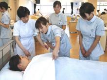 Học viên học làm hộ lý tại trường cao đẳng Dongju ở Hàn Quốc