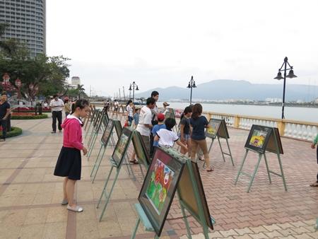 Sinh viên Hàn vẽ tranh