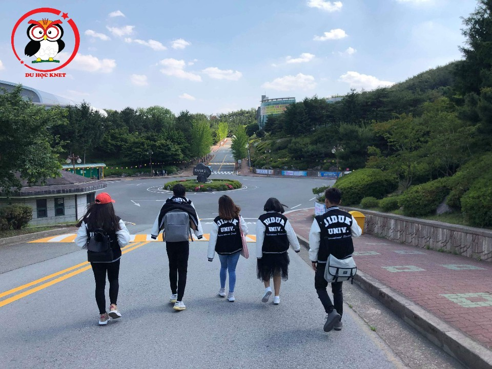 Sinh viên Việt Nam tại trường đại học Uiduk, đồng phục trông xịn xò quá