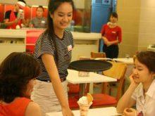 Một Du học sinh Việt ở Hàn Quốc đang làm thêm