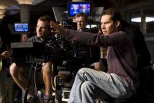 Đạo diễn phim truyền hình đang chỉ đạo các cảnh quay
