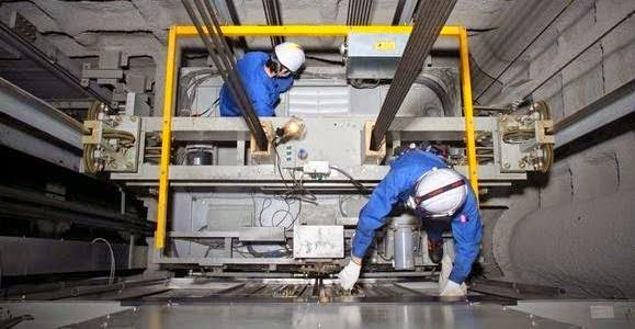 Kỹ thuật thang máy đang làm việc
