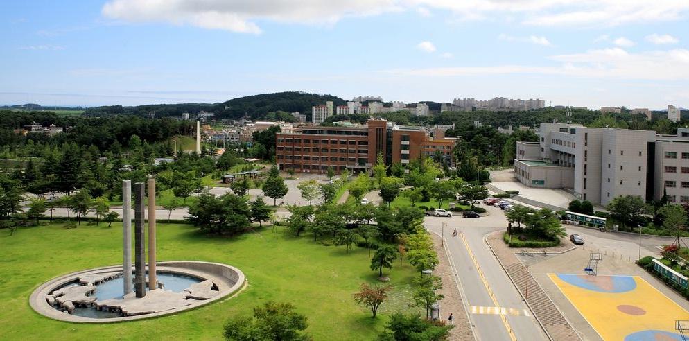 Phía trong khuôn viên đại học Gangneung Wonju