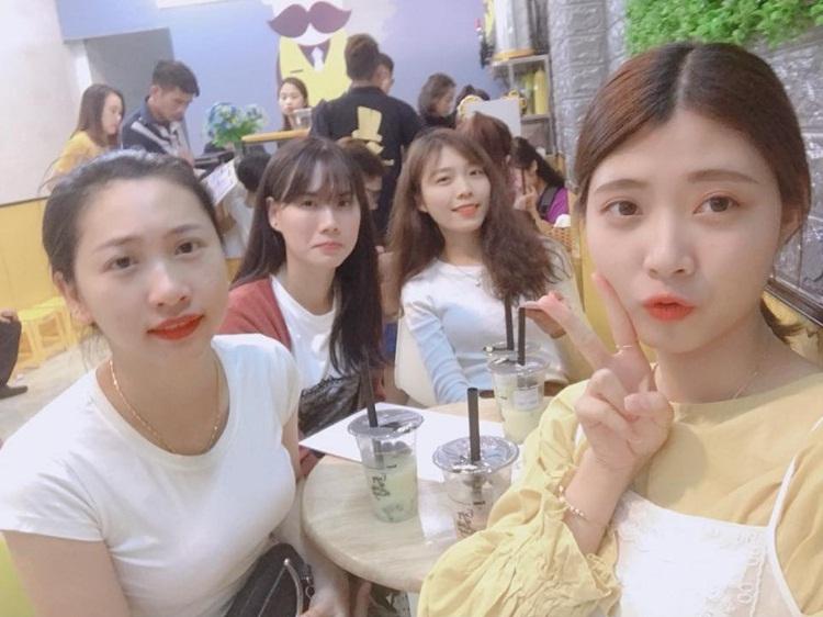 Bạn Trang xinh gái (áo vàng) cùng bạn bè bên Hàn