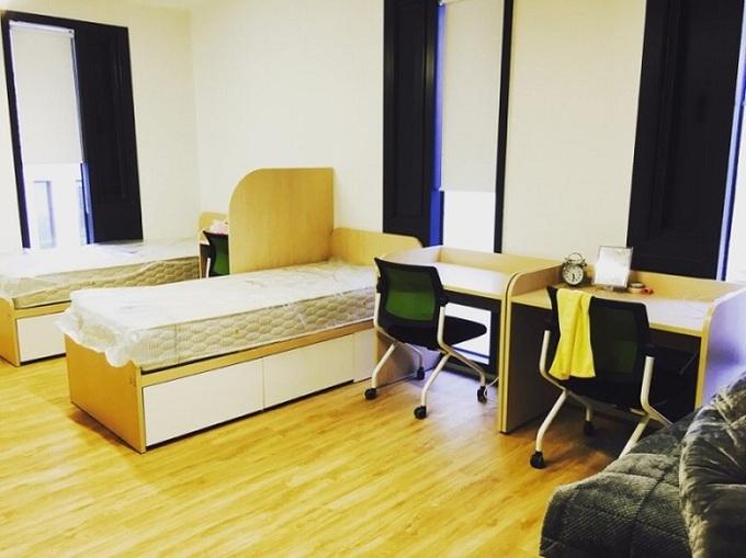 Phòng dành cho 3-4 người rộng hơn, gồm không gian sinh hoạt chung. Đặc điểm dễ nhận thấy là mỗi phòng đều gọn gàng, ngăn nắp như trong khách sạn.