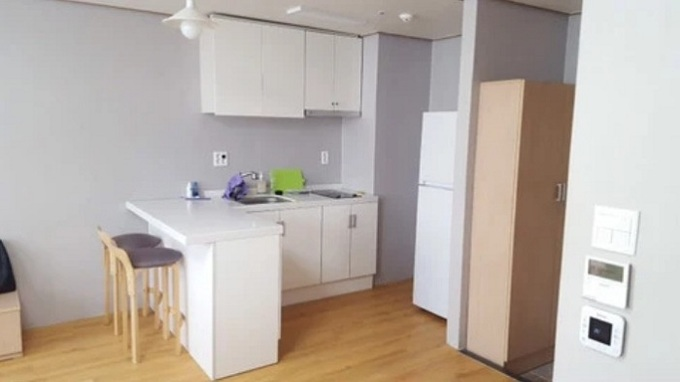 Khu bếp của phòng có nội thất màu trắng chủ đạo, phong cách bài trí đơn giản. Sinh viên cũng được trang bị tủ lạnh để tiện dự trữ đồ ăn.