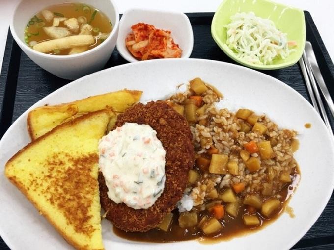 Nhà ăn của khu ký túc phục vụ các món chất lượng như nhà hàng với mức giá chỉ bằng một phần nhỏ. Bạn có thể mua từng gói bữa trưa để tận hưởng giá ưu đãi. Gói 50 bữa giá 3.100 won (khoảng 3 USD) mỗi bữa, gói 40 bữa giá 3.500 won mỗi bữa, gói 30 bữa có giá 3.800 won mỗi bữa.