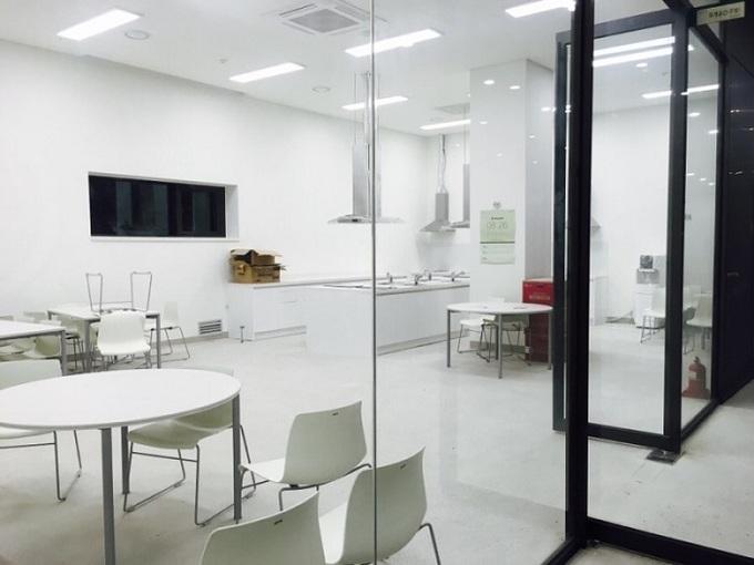 Sinh viên cùng tầng có thể ngồi tán gẫu ở không gian chung, nấu ăn cùng nhau.