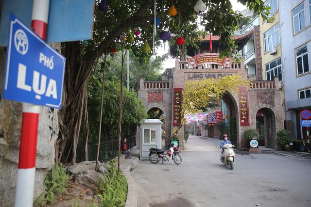 Làng lụa Vạn Phúc (nay thuộc phường Vạn Phúc, thuộc quận Hà Đông, cách trung tâm Hà Nội khoảng 10 km) là một làng nghề dệt lụa tơ tằm đẹp nổi tiếng có lịch sử từ ngàn năm trước. Lụa Vạn Phúc có nhiều mẫu hoa văn và lâu đời bậc nhất Việt Nam.