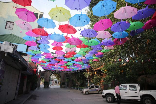 Trước thời điểm diễn ra lễ hội vài ngày, phố Lụa (Vạn Phúc, Hà Đông, Hà Nội) đã được trang hoàng lộng lẫy bởi những chiếc ô sắc màu