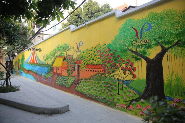 Bức tranh bích họa được các cán bộ nhân viên phường trang trí khu vực trung tâm làng nghề thực hiện để đón Tuần lễ Văn hoá, Du lịch,Thương mại làng nghề Vạn Phúc 2018.