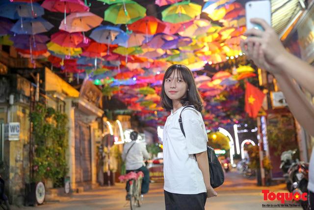 Cả con phố dài hơn 100m bỗng trở thành điểm du lịch văn hóa thu hút nhiều bạn trẻ đến check-in
