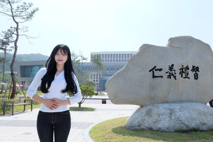 Cô gái xinh nổi tiếng nhất Hàn Quốc hiện nay Park Min-jung là người tuổi teen duy nhất ở Hàn có tới trên 50 triệu người theo dõi trên Facebook. Park Min-jung đang học Khoa Phúc lợi Xã hội tại Đại học Halla