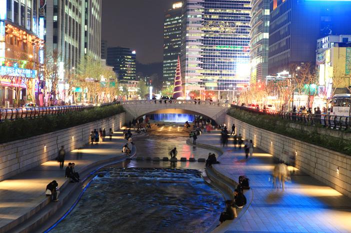 Suối CHeonggyecheon về đêm