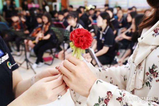 Ngày này là ngày mà học sinh Hàn trao cho thầy cô của mình những bông hoa cẩm chướng