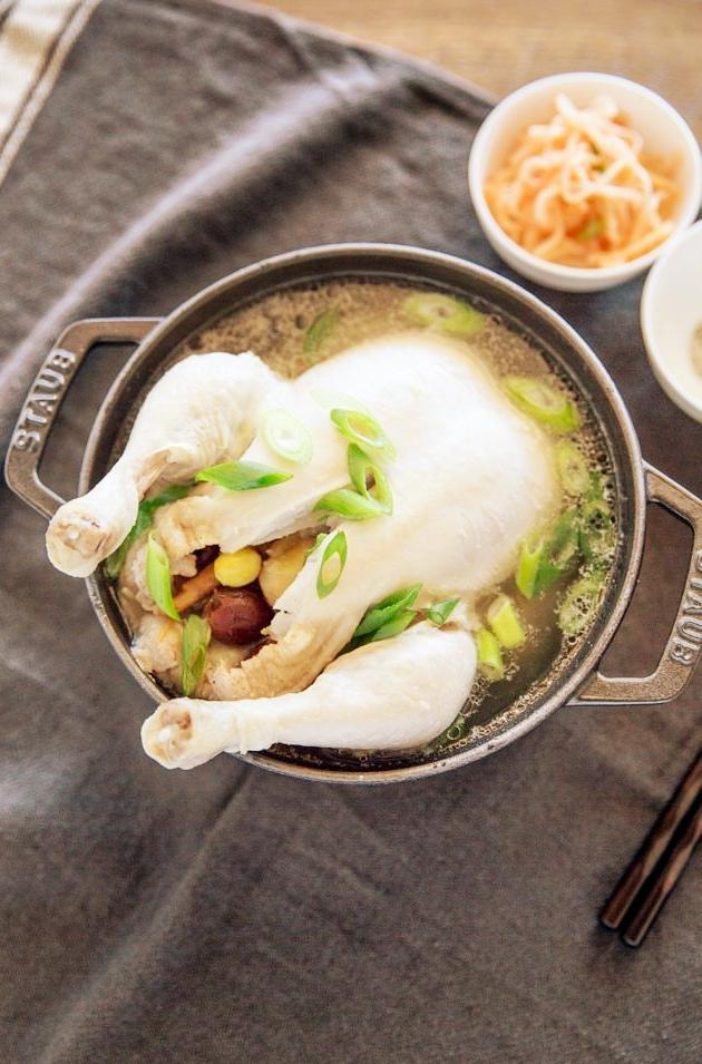 Samgyetang là món gà sâm hầm ngon tuyệt, một trong những cách chống nóng kiểu Hàn Quốc