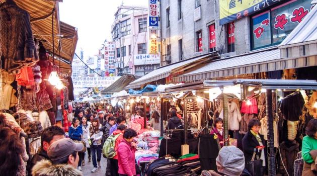 Khung cảnh người mua bán tấp nập tại Chợ Namdaemun Hàn Quốc