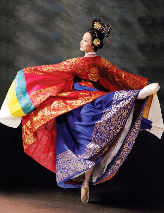 Màu sắc trong hanbok rất sâu và chuẩn sắc độ, khác với nhuộm công nghiệp