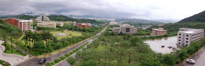 Khuôn viên campus hòa hợp giữa thiên nhiên và sự hiện đại