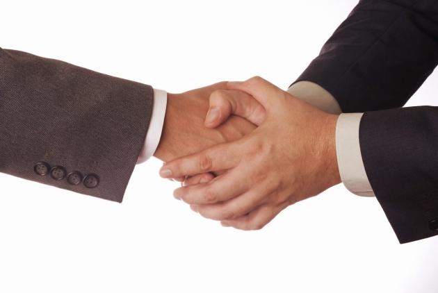 Bắt bằng cả hai tay là một cách thể hiện sự tôn trọng với người đối diện