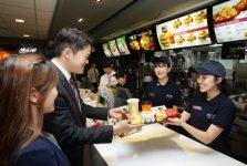Làm việc tại các cửa hàng ăn nhanh là một trong những công việc hợp pháp giúp du học sinh Việt kiếm tiền bên Hàn