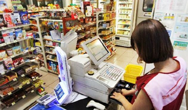 Sinh viên làm thu ngân trong các siêu thị tiện lợi