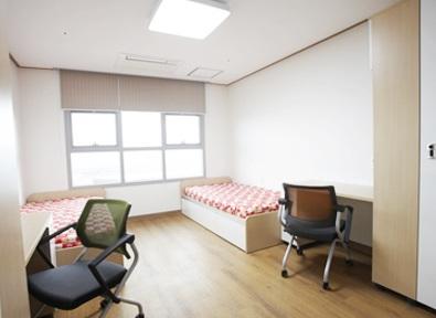 Hình ảnh 2: Phòng đôi với giường ngủ và bàn học