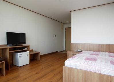 Hình ảnh 5: Phòng có giường và ti vi