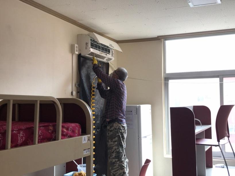 Hình ảnh 6: Phòng ký túc xá của Đại học Kyungil đang lắp điều hòa