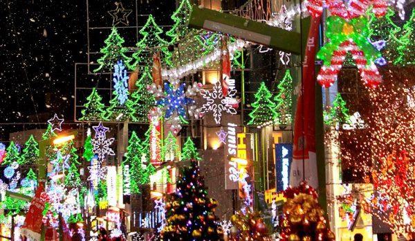 Hoạt động trang trí những cây thông để đón Noel khiến con người Hàn Quốc vui vẻ và tấp nập hơn