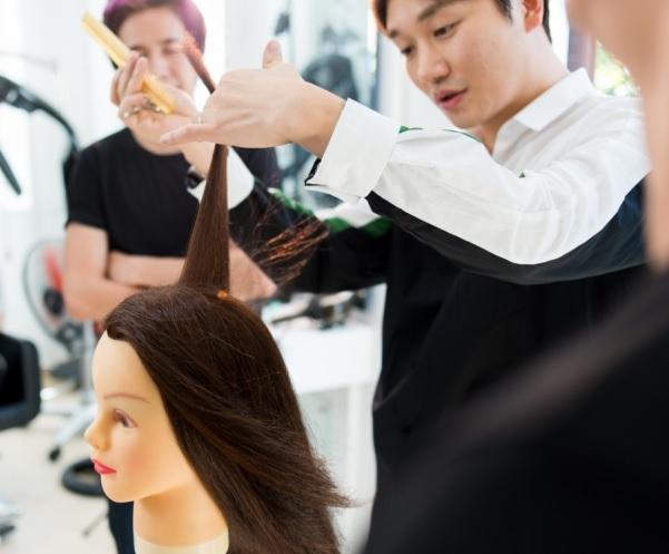 Khi học ngành làm tóc tại Hàn Quốc bạn sẽ được hướng dẫn tỉ mỉ từ giao tiếp cho đến việc cắt tóc