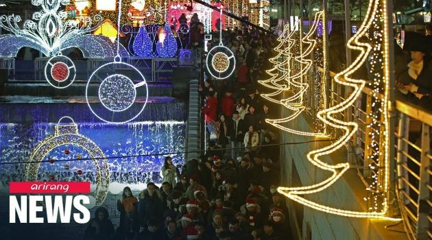 Bên cạnh Dòng Cheonggye vào thời điểm Giáng sinh ở Hàn Quốc đang được trang trí rất cầu kỳ