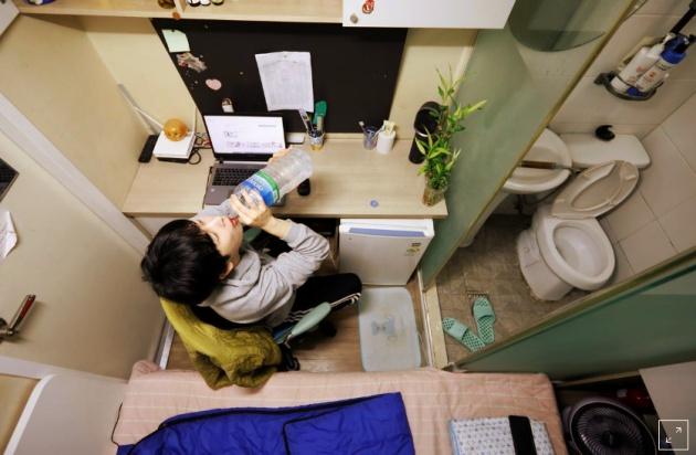 Có càng nhiều người trẻ thuộc tầng lớp thìa đất hiện nay sống trong những căn phòng chật hẹp như thế này