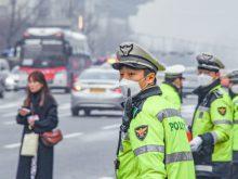 Trước tình trạng bụi mịn ở Hàn Quốc tăng cao, người dân được khuyến cáo đeo khẩu trang chuyên dụng khi ra đường