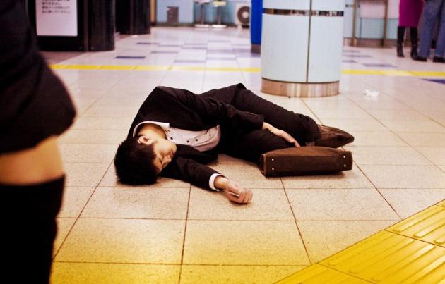 Áp lực làm việc khắc nghiệt cũng khiến tỉ lệ tự tử ở Hàn Quốc tăng cao