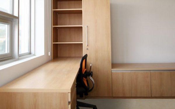Không chỉ có giường ngủ mà ký túc xá cũng được trang bị đầy đủ bàn học, tủ quần áo cho sinh viên