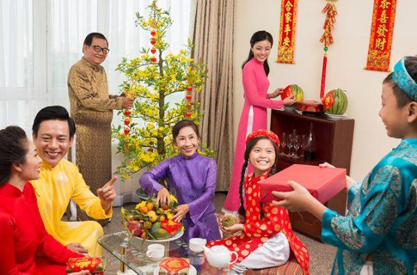 Người Việt đón tết âm lịch