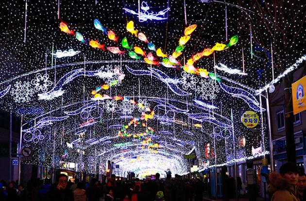 Khung cảnh trang trí màu sắc tại Lễ hội Đèn lồng và Đường hầm ánh sáng