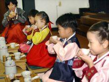 Ngay từ nhỏ cách uống trà đã được hướng dẫn tỉ mỉ vì đó là văn hóa Hàn Quốc - nét văn hóa tinh thần