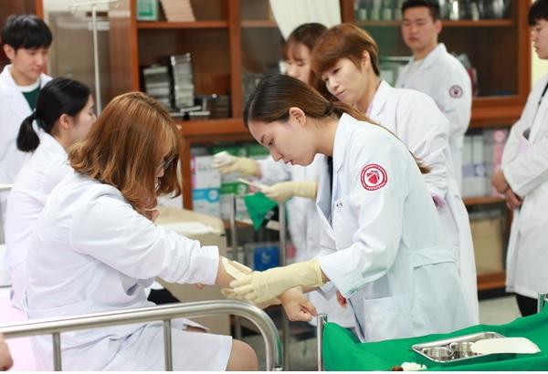 Sinh viên của trường đại học giao thông quốc gia Hàn Quốc trong buổi thực hành thực tế