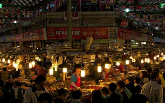 Khi thành phố lên đèn, nhiều khu chợ đêm và trung tâm thương mại tại Seoul hoạt động tấp nập