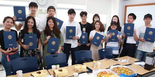 Sinh viên quốc tế ăn mừng khi nhận bằng tốt nghiệp tại Hansei University