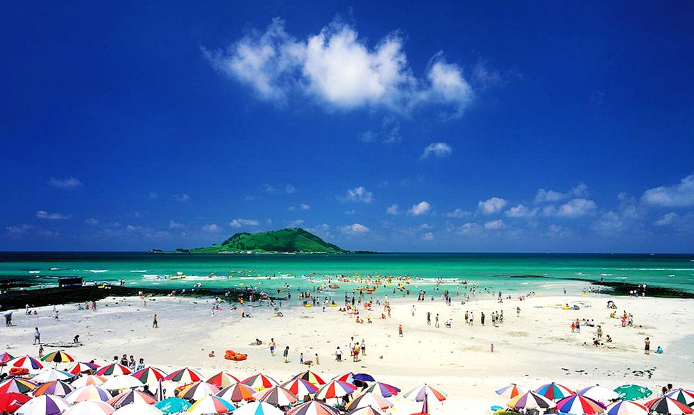 Bãi biển Hyeopjae với màu trắng lấp lánh tuyệt đẹp của cát